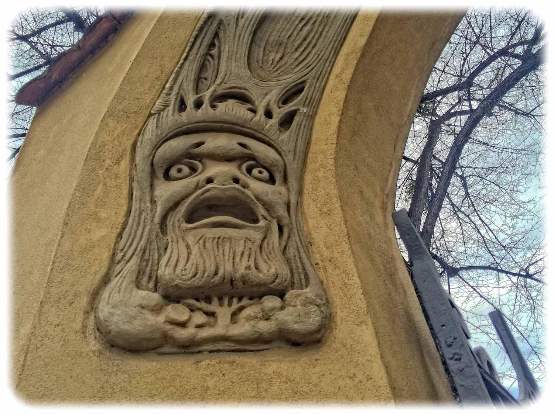 Ist er traurig, weil die Ent-Frauen verschwunden sind? Dieser Baummann wacht über die eine Torsäule zur Goetheallee 23 in Dresden-Blasewitz. Sein Baumbruder auf der anderen Säule guckt dagegen ganz verschmitzt. Foto: Heiko Weckbrodt