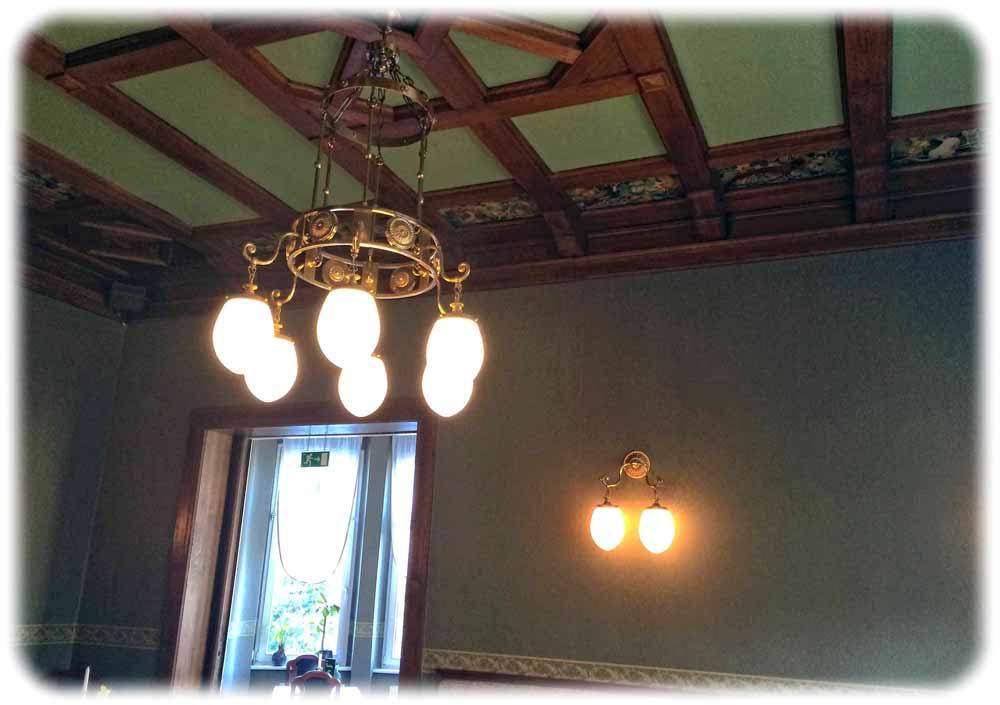 Hier im Grünen Salon sind besonders Decke und Leuchter schön rekonstruiert. Foto: Heiko Weckbrodt