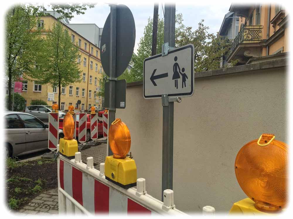 Die Bauarbeiter haben die Sperrbaken an der Ecke von Kipsdorfer und Bärensteiner STraße abgebaut. Foto: hw