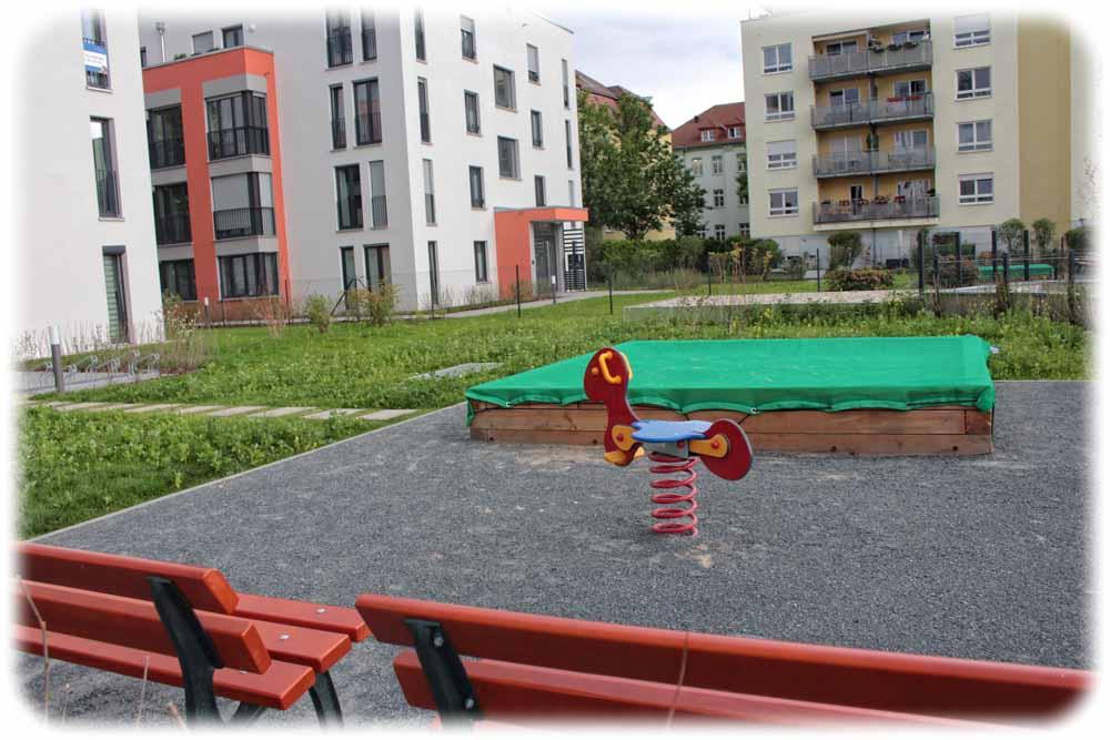 Wie hier an der Glashütter Straße haben Bauherren in Dresden-Striesen in jüngster Zeit viele Brachen überbaut und Lücken geschlossen. Hier hat der Investor auch an einen kleinen Spielplatz gedacht - aber öffentlich sind diese privaten Spielplätze nur selten zugänglich. Foto. Heiko Weckbrodt