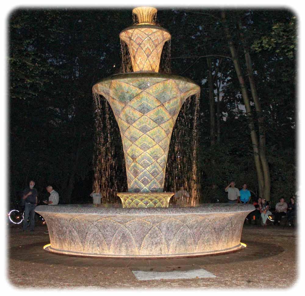 Nach einer drei Jahre währenden Zwangspause konnten am Mttwochabend (7.9.) die Dresdner den beliebten Mosaikbrunnen erstmals wieder in Aktion erleben