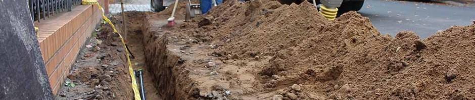 Teilweise baggern die Arbeiter schmale Gräben in die Fußwege, um die Glafasern zu verlegen. Wo es aber geht, werwenden sie das Baum-schonende Bohrspülverfahren. Dabei graben sie nur Löcher und bohren die Rohrunnel dann unterirdisch mit Spezialbohrern.