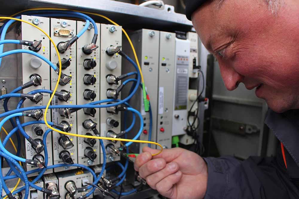 Bauleiter Thomas Weniger kontrollierte an einem Vodafone-Verteilerkasten an der eisenacher straße in Dresden-Striesen, ob die gelbummantelten Glasfaser-Kabel auch richtig sitzen. Foto: Heiko Weckbrodt