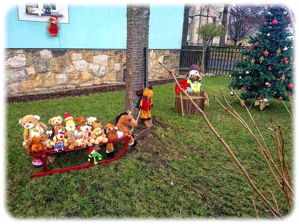 Besonders hübsche Weihnachtsdenko an der Bärensteiner Straße: Plüschtier-.Ausflug zum Weihnachtsmann. Foto: hw