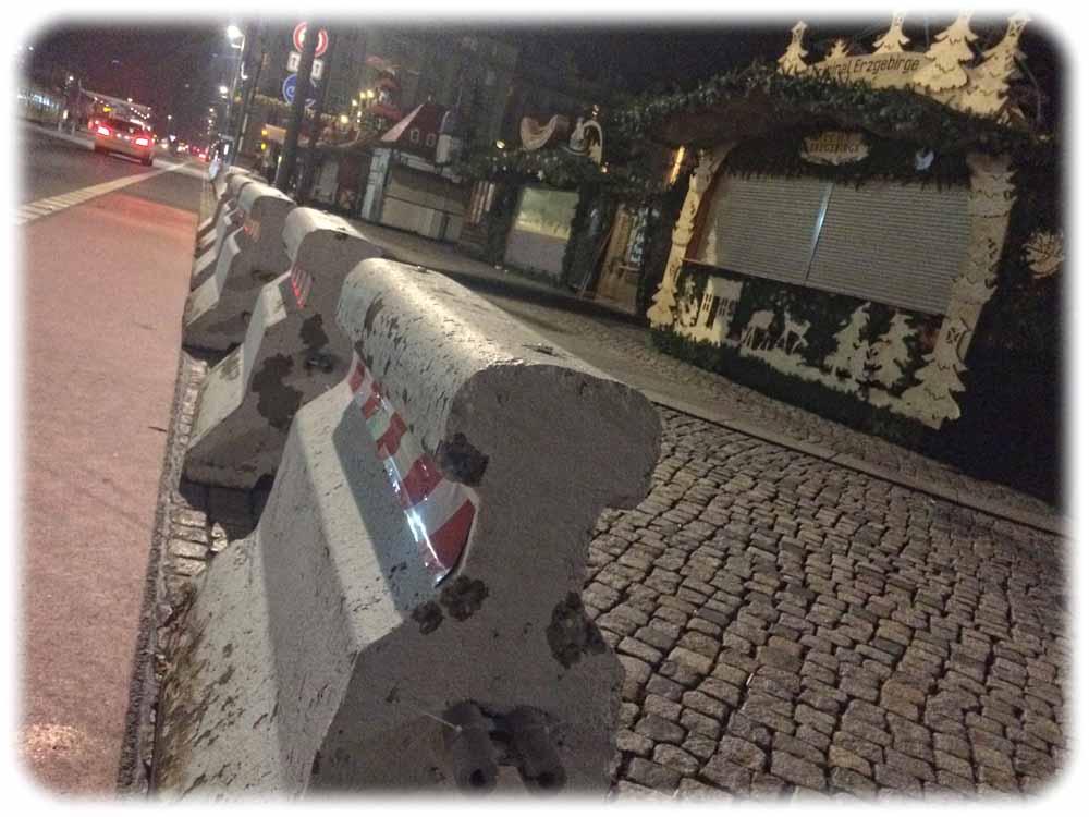 Die Polizei hat am Dienstagvormittag Dutzende Lasterstopper aus Beton um den Striezelmarkt in Dresden platziert, um Anschläge wie in Berlin zu erschweren, Foto: Heiko Weckbrodt