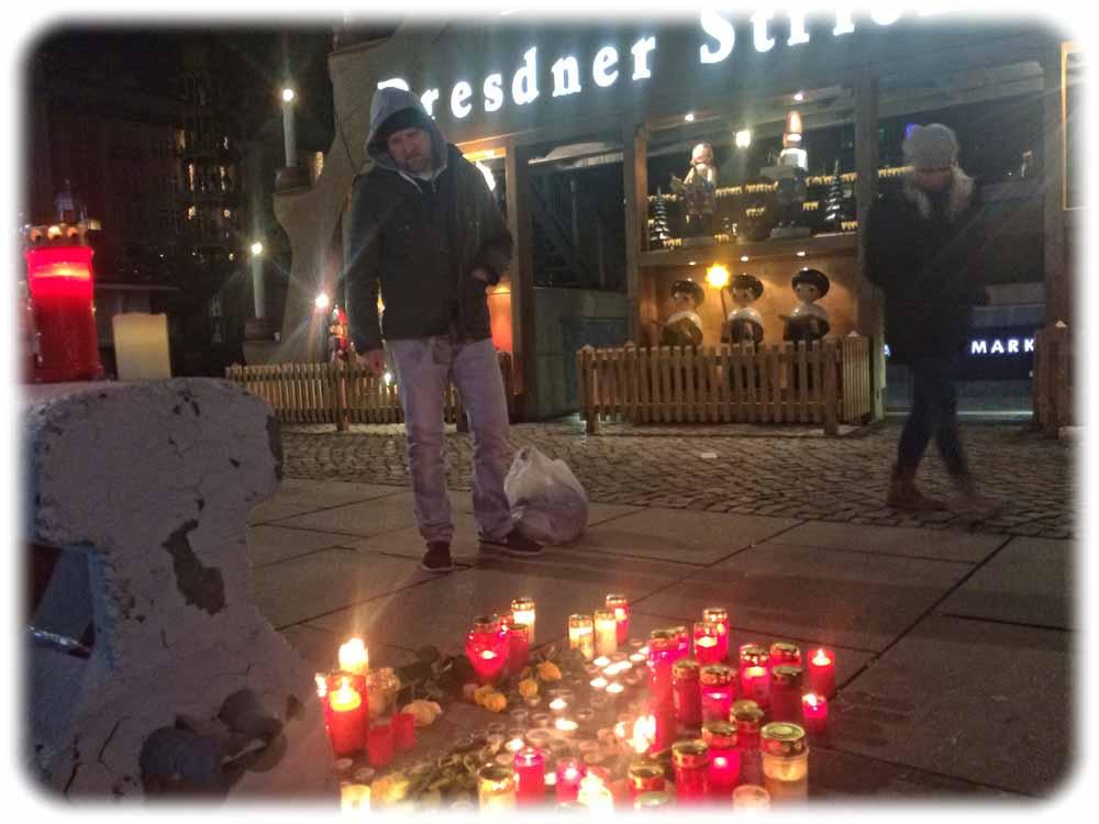 So wie diese jungen Kanadier gedachten viele Besucher des Dresdner Striezelmarktes mit Kerzen der Terroropfer in Berlin. Foto: Heiko Weckbrodt