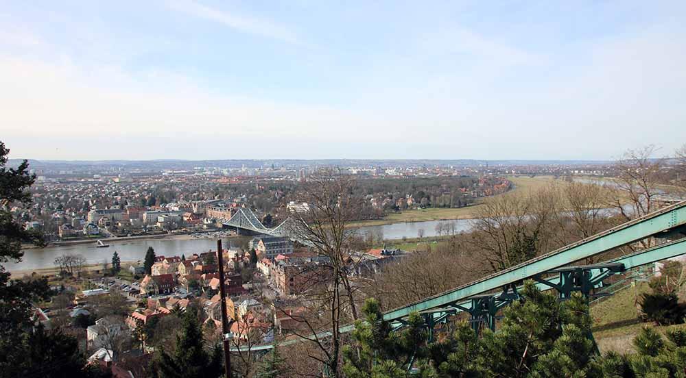 Blick von der Bergstation der Schwebebahn in Dresden-Loschwitz auf das Blaue Wunder und den Osten Dresdens. Foto: Heiko Weckbrodt