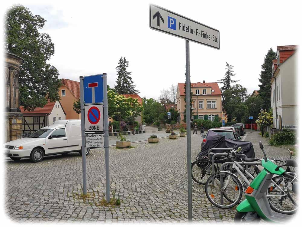 Soll die Stadt Dresden die Friedrich-Wieck-Straße stärker verkehrsberuhigen oder ganz für Autos sperren? Von Anwohnern, Freizeitsportlern und Gastronomen gibt es da durchaus unterschiedliche Meinungen. Foto: Heiko Weckbrodt