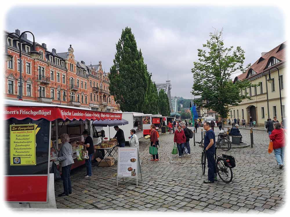 Der Wochenmarkt auf dem Schillerplatz in Dresden-Blasewitz erstreckt sich seit der Corona-Krise bis fast ans Elbufer hinunter. Foto: Heiko Weckbrodt