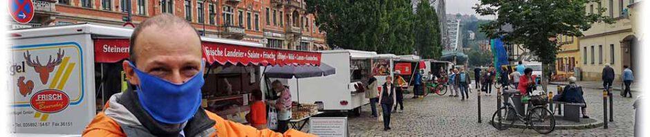 Der corona-maskierte Wirtschaftsförderungs-Amtsleiter Robert Franke vor dem Wochenmarkt am Schillerplatz in Dresden-Blasewitz. Foto: Heiko Weckbrodt