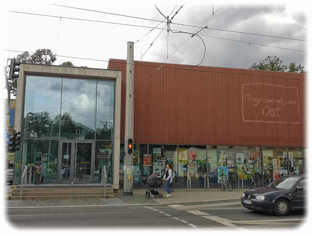 Das Programmkino Ost: Erst durch den Umbau 2008/2009 enbtstand der Neubau mit der prägenden roten Fassade an der Schandauer Straße. Vorher verfiel dort eine geschlossene Gaststätte. Foto: Heiko Weckbrodt