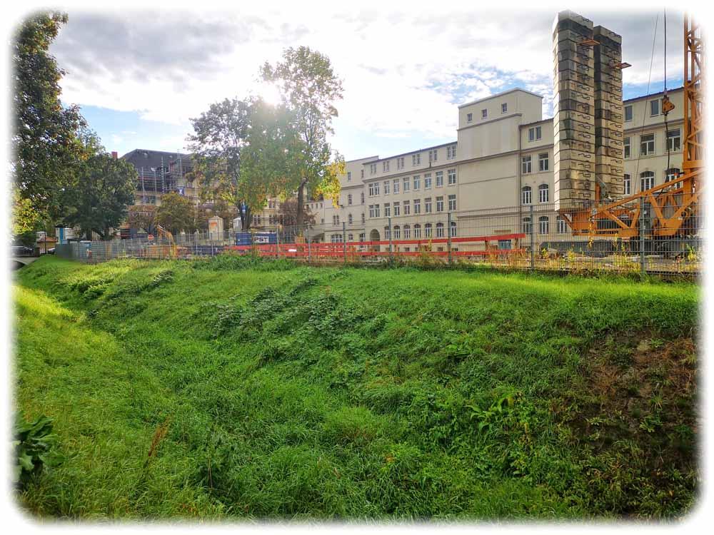 Zwischen Blasewitz-Grunaer-Landgraben und der alten F6-Zigarettenfabrik soll ein Spielplatz entstehen. Foto: Heiko Weckbrodt