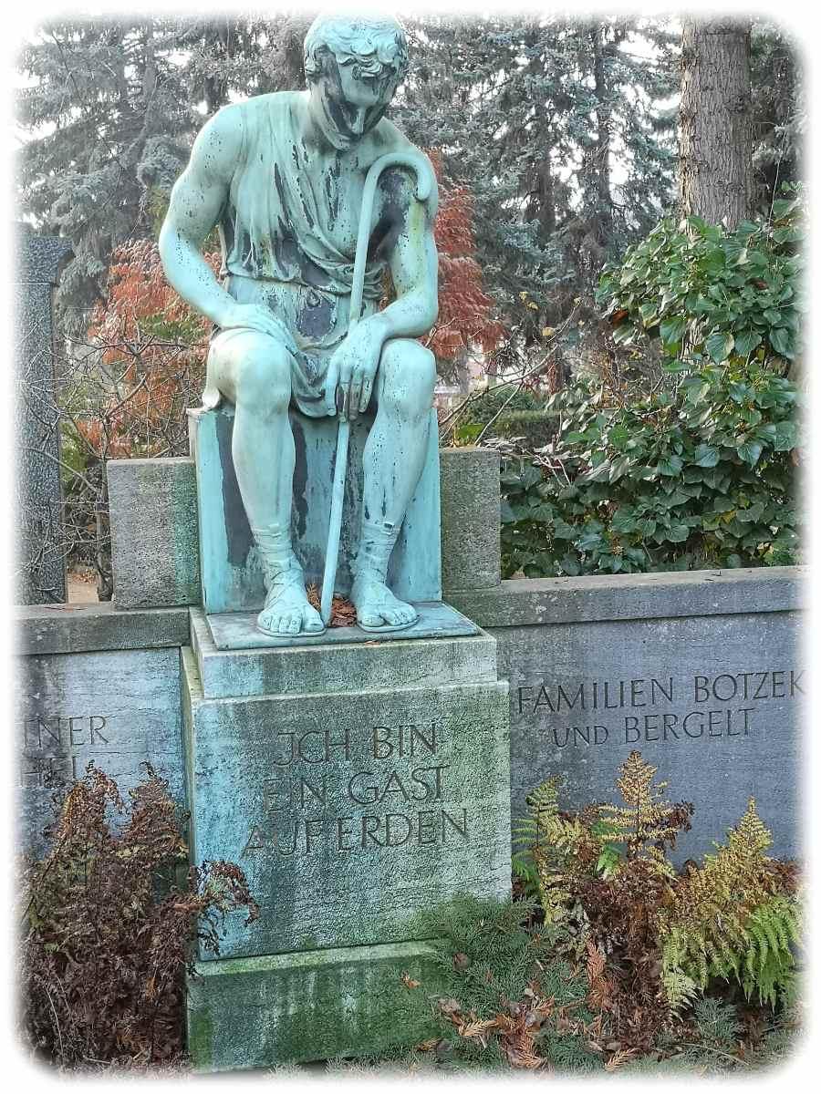 Ich bin nur ein Gast auf Erden - Grabplastik am hinteren Ende des Friedhofs Striesen. Foto: Heiko Weckbrodt