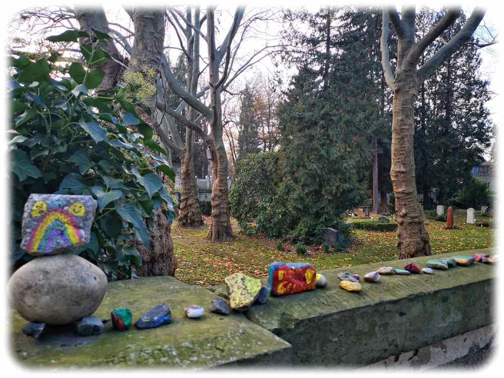 Bemalte Steine säumen die Mauer des Friedhofs Striesen am Landgraben. Foto: Heiko Weckbrodt