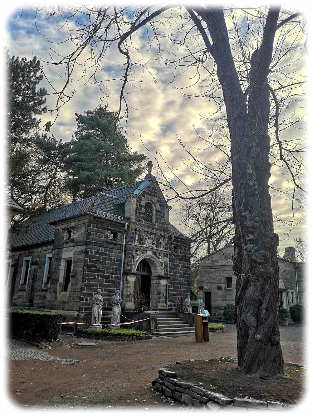 Die Kapelle auf dem Friedhof Striesen mit den Aposteln am Eingang. Foto: Heiko Weckbrodt