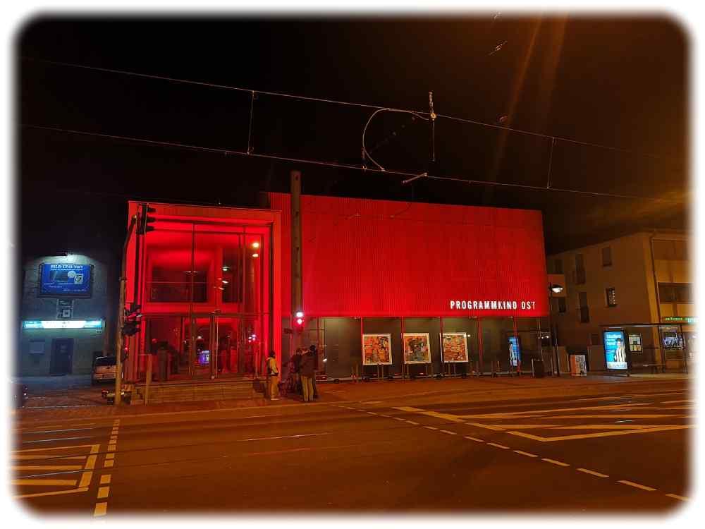 """Zum Aktionstag """"Kino leuchtet. Für dich"""" ist auch das Programmkino Ost am 28. Februar 2021 farbig illuminiert. Foto: Heiko Weckbrodt"""