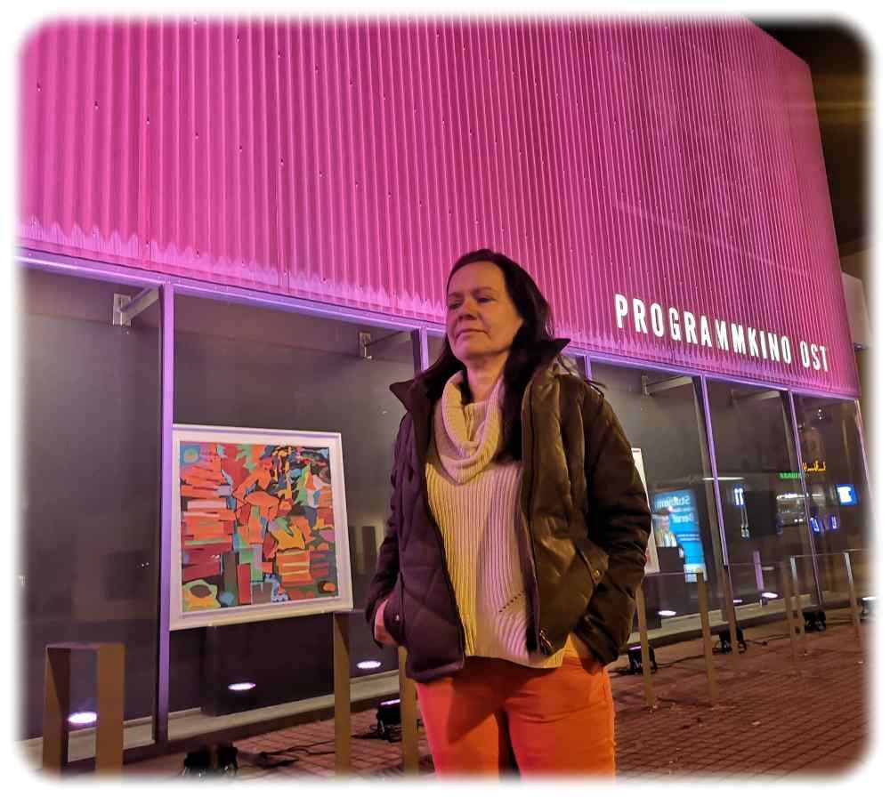 Jana Engelmann betreibt gemeinsam mit Sven Weser das programmkino Ost. Wegen der langen Corona-Schließung hat sie inzwischen auch die Filmplakate durch Gemälde eines Mitarbeiters ersetzt. Foto: Heiko Weckbrodt