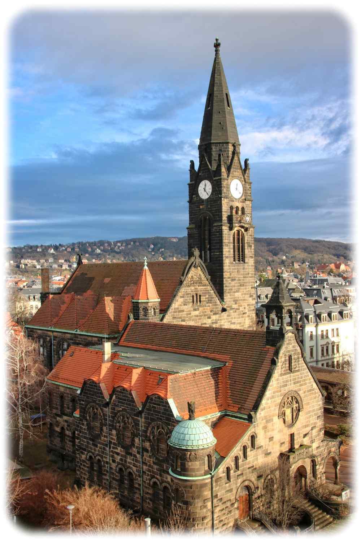 Blick von den Technischen Sammlungen aus auf die Versöhnungskirche in Striesen. Hier würden sich Fußgänger-Tipps anbieten, meinen die Blasewitzer Stadtbezirksbeiräte. Foto: Heiko Weckbrodt