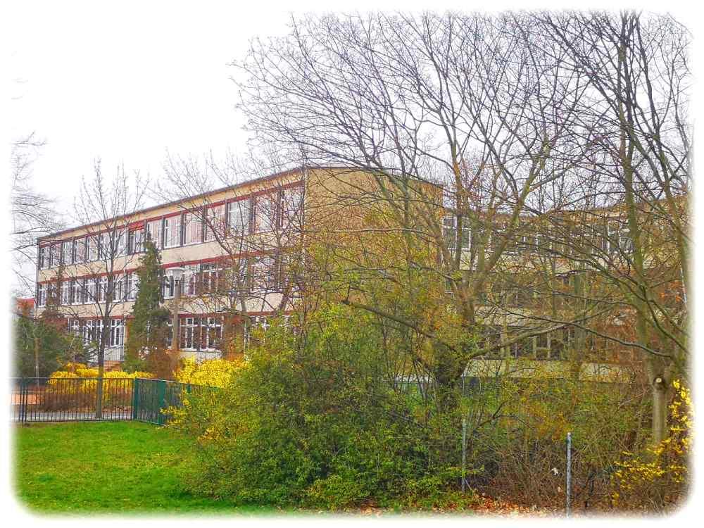 """Das Gymnasium """"Leo"""" wurde im Sommer 2019 in einer alten DDR-Schule am Berthelsdorfer Weg gegründet. Ein Neubau für das neue Gymnasium steht immer noch aus. Foto: Heiko Weckbrodt"""