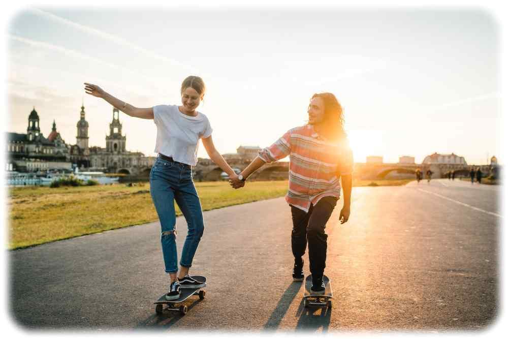 Ähnlich wir hier auf dem Eldradweg vor der Altstadtkulisse wollen Skater im Sommer 2021 Eingemeindungs-Sondertouren durch Blasewitz und Loschwitz abrollen. Foto: Erik Gross, Mediaserver Dresden, Lizenz: DML-BY, Namensnennung-Kommerziell
