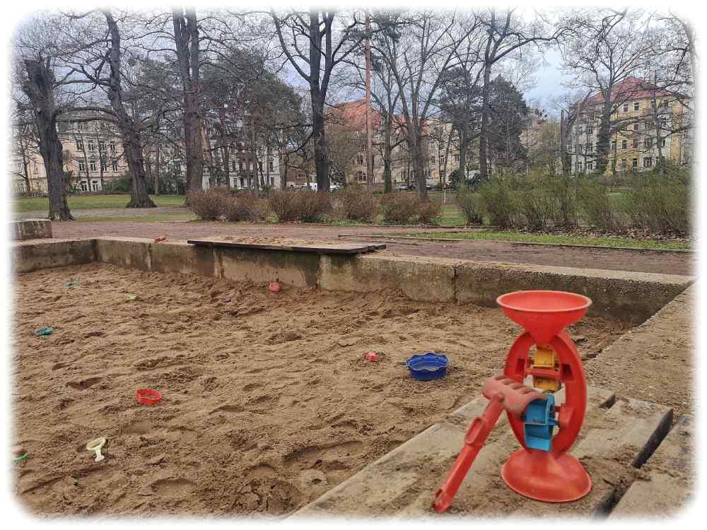 Der Sandkasten bleibt, aber die andere Teile des Spielplatzes im Herrmann-Seidel-Park in Dresden-Striesen werden um- und ausgebaut. Foto: Heiko Weckbrodt