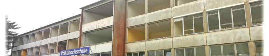 Lange residierte die Volkshochschule Dresden im DDR-Schulbau am Schilfweg. 2022 zieht dort womöglich für drei bis vier Jahre das Gymnasium Leo ein. Foto: Heiko Weckbrodt
