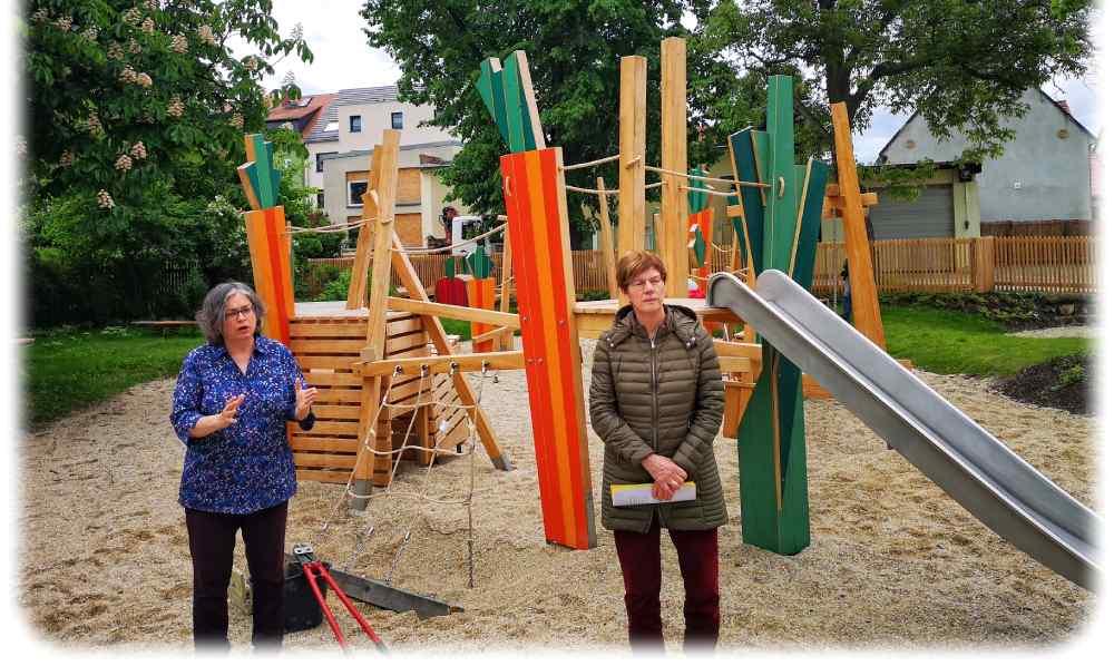 Umweltbürgermeisterin Eva Jähningen (Grüne, l.) und Ines Pochert vom Grünflächenamt Dresden auf de Spielplatz Altdobritz. Foto: Heiko Weckbrodt