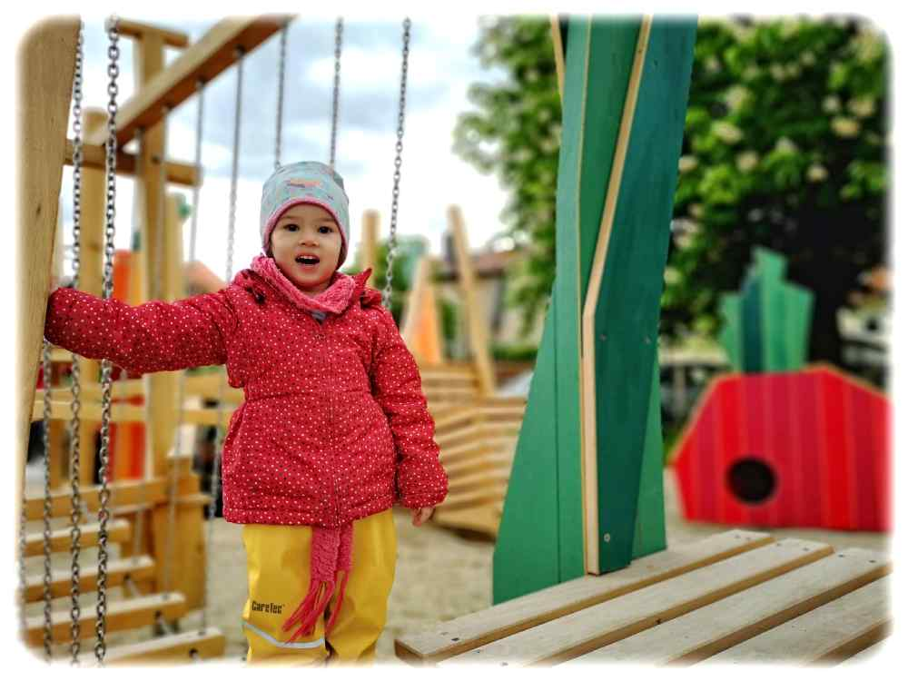 Die dreijährige Hanna darf auf dem neuen Spielplatz in Altdobritz schon mal Probeklettern. Foto: Heiko Weckbrodt