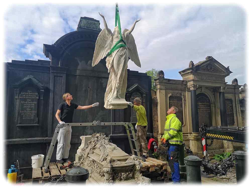 Engel Gertrud schwebt nach einer Spa-Kur wieder auf dem Johannisfriedhof in Dresden-Tolkewitz auf dem Familiengrab von Alfred Roetzschke ein. Foto: Heiko Weckbrodt
