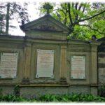 Auf dem Johannisfriedhof in Dresden-Tolkewitz liegt auch der einstige Dresdner Oberbürgermeister Friedrich Wilhelm Pfotenhauer (1812-1877). Die Marmorplatten wurden zwar bereits restauriert, doch die an der Grabstätte der Familie bedarf weitere Schutz- und Sanierungsarbeiten. Foto: Heiko Weckbrodt