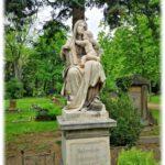 Die Mutter mit dem kleinen Kinde schmückt die Ruhestätte der Familie Schwarz auf dem Johannisfriedhof Dresden. Foto: Heiko Weckbrodt