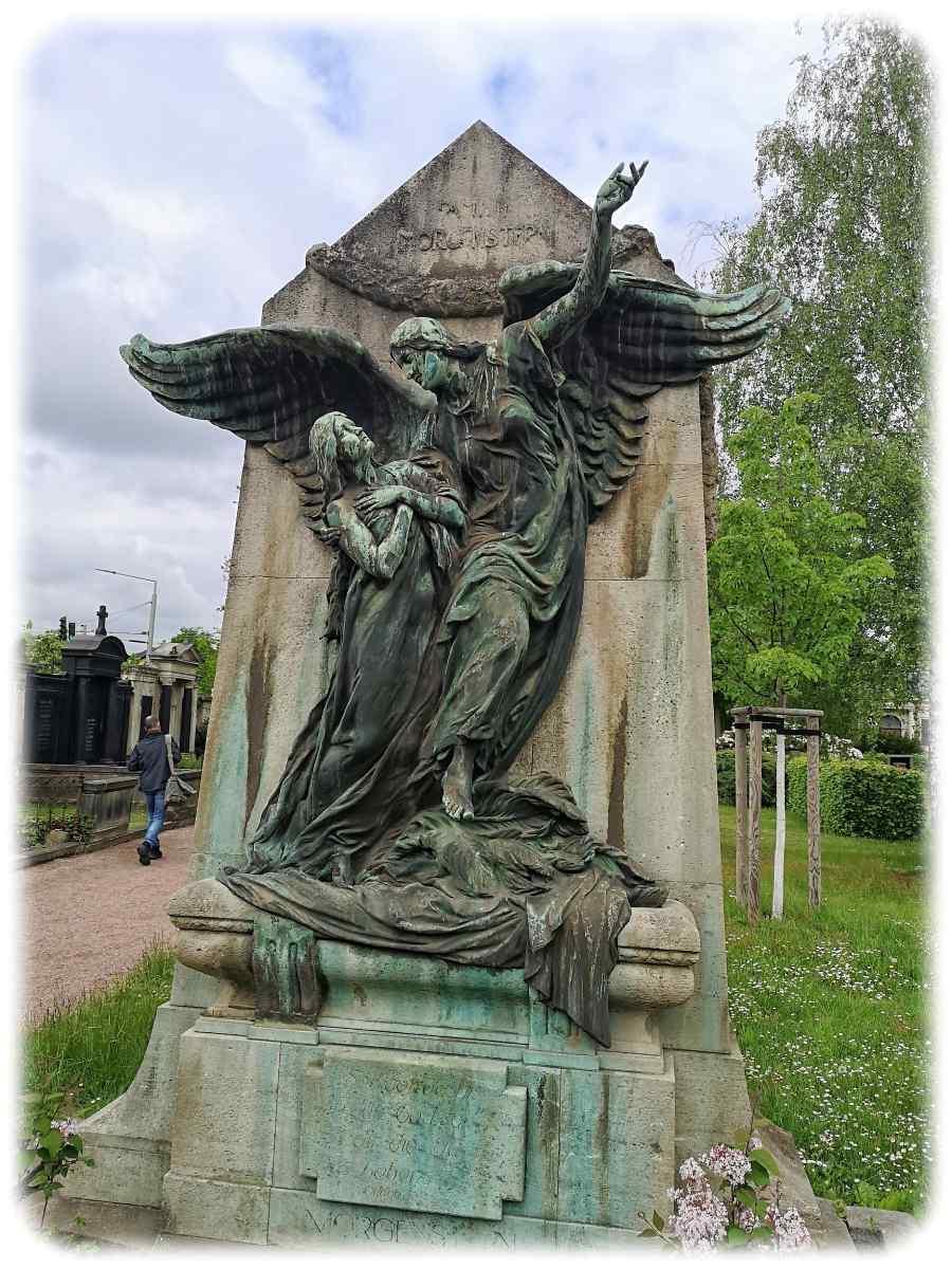 Auch auf diesem Grabmal der Familie Morgenstern findet sich das Motiv des Engels, der die Verstorbene holt. Foto: Heiko Weckbrodt