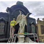 Letzte Handgriffe: Der Marmorengel Gertrud steht wieder auf dem Familiengrab Roetzschke auf dem Johannisfriedhof in Dresden. Foto: Heiko Weckbrodt