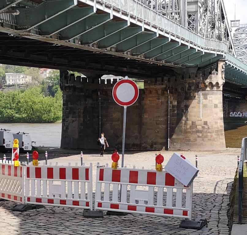"""""""Schämt Euch!!"""" Stadtvewaltung"""" hat ein Unbekannter auf einen Zettel an der Sperre am Schillerplatz geschrieben. Foto: RD"""