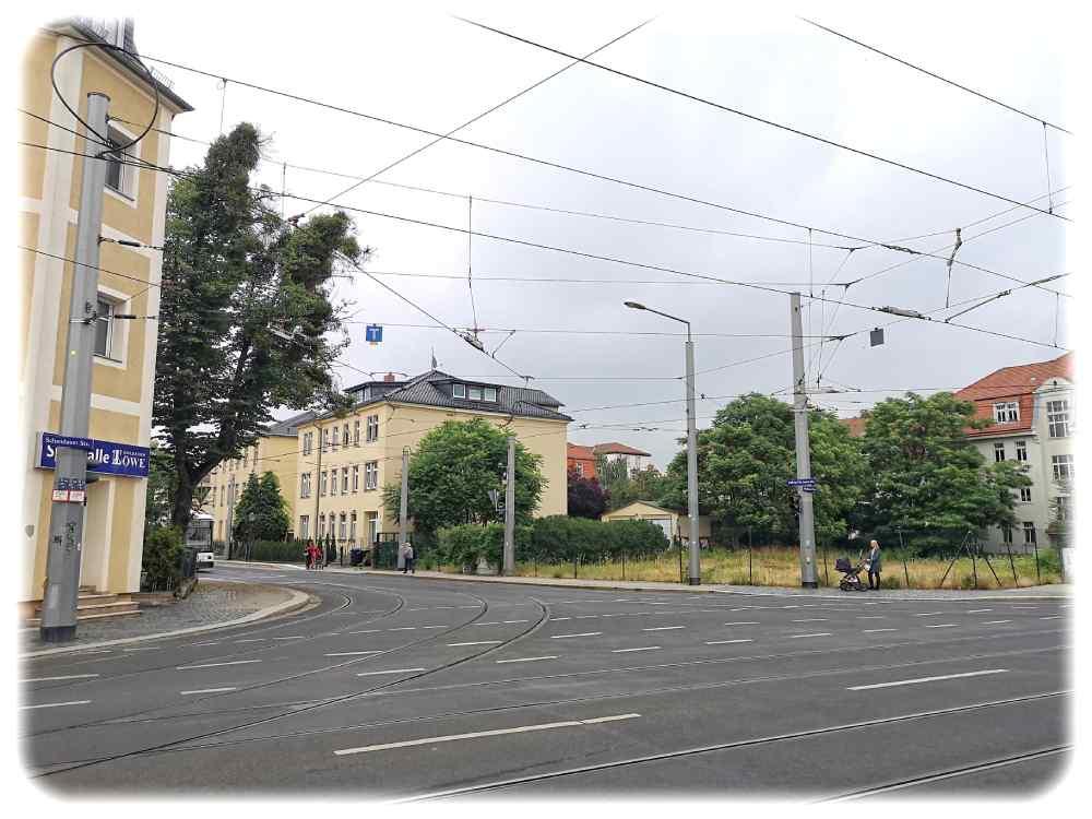 Auf dieser Brache an der Ecke von Wehlener und Ludwig-Hartmann-Straße in Dresden-Blasewitz soll das große hölzerne Wohnhaus entstehen. Foto: Heiko Weckbrodt