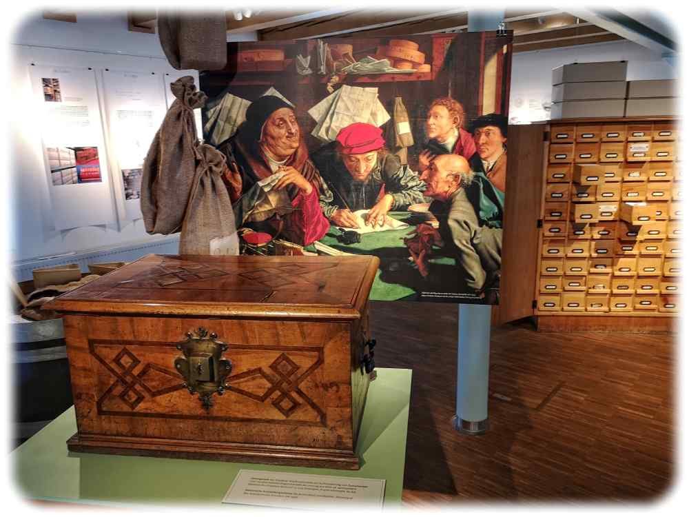 """""""Ein Notar"""" von Marinus van Reymerswalde (1542), davor die Innungslade der Dresdner Kupferschmied-Innung, die nur mit den Schlüsseln dreier Meister geöffnet werden konnte. Darin wurden beispielsweise Lehrbriefe und andere Dokumente verwahrt. Foto: Heiko Weckbrodt"""