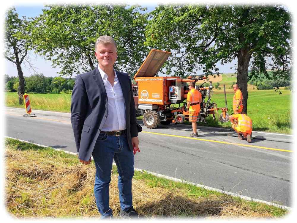 Alois Pichler zeigt seine Nanotrench-Maschinen am Ortsausgang von Schullwitz in Aktion. Foto: Heiko Weckbrodt