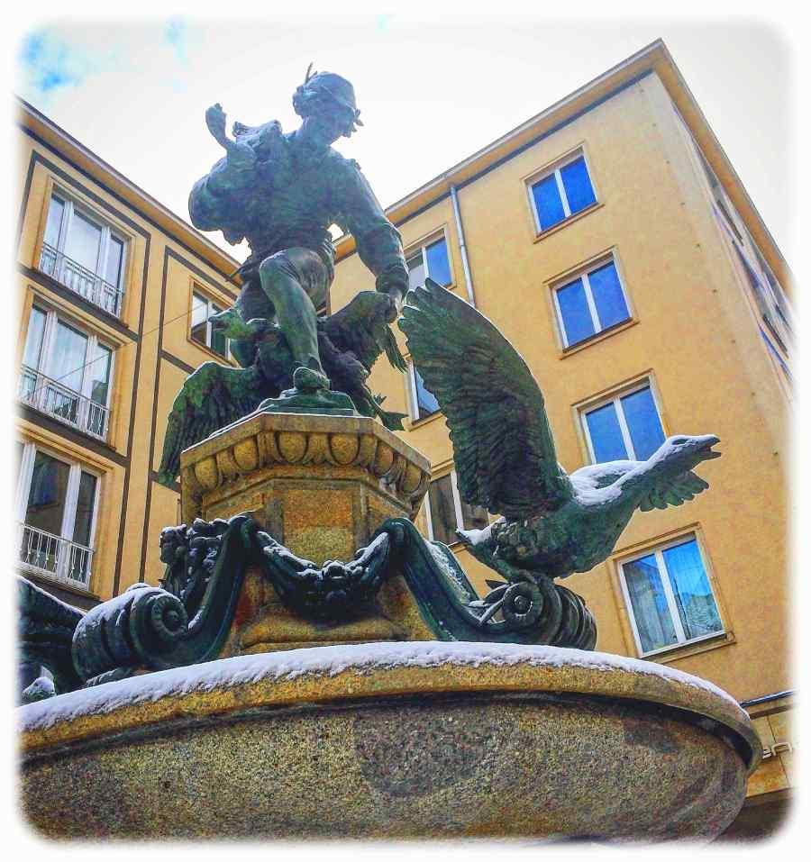 Der Gänsediebbrunnen mit der originalen Bronzeplastik auf der Weißen Gasse in der Dresdner Altstadt. Foto: Heiko Weckbrodt