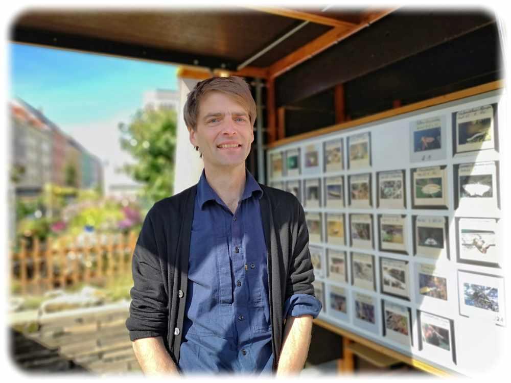 """Andreas Kempe neben dem Kunstpavillon auf """"Parzelle 3"""". Foto: Heiko Weckbrodt"""